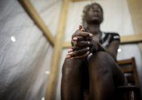 Maeva permanece en las filas de la milicia anti-balaka desde 2013, no ve muchas opciones de vida fuera © Sylvain Cherkaoui/Cosmos for Save The Children