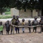 Un grupo de niños en la carretera de Dekoua a Kaga, Bandoro © Sylvain Cherkaoui/Cosmos for Save The Children