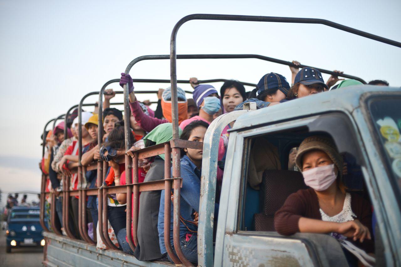 El 90% de los trabajadores del sector textil en Camboya son mujeres. Muchas son discriminadas durante el embarazo o la menstruación / © Samer Muscati/Human Rights Watch
