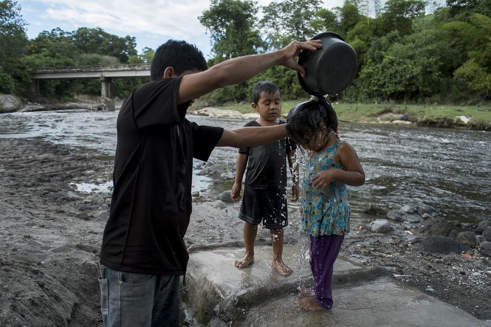 Muchas familias que no tienen acceso al agua potable en sus hogares recurren a ríos como el San Antonio / © Pedro Armestre/Alianza por la Solidaridad