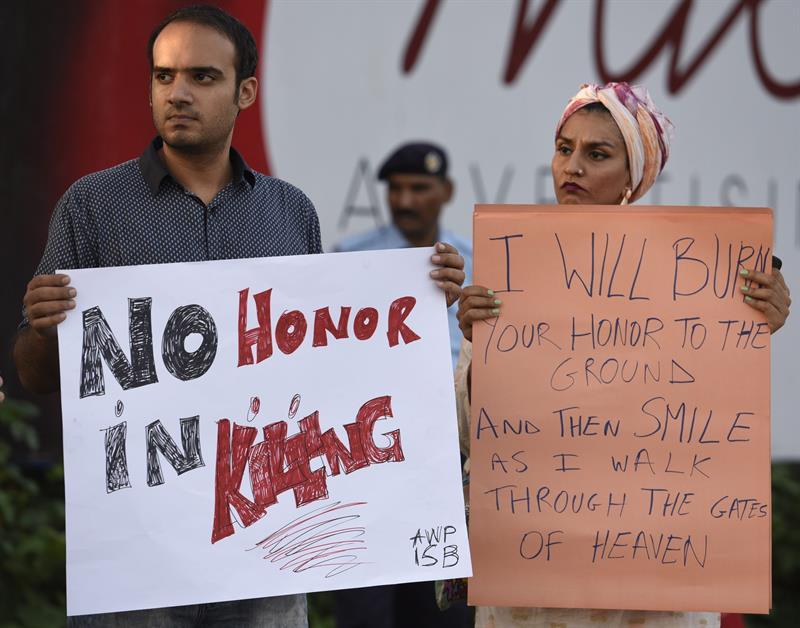 fotografia-facilitada-que-muestra-a-varios-paquistanies-mientras-sostienen-pancartas-este-19-de-julio-durante-una-protesta-contra-los-crimenes-de-honor-en-islamabad-pakistan-efe