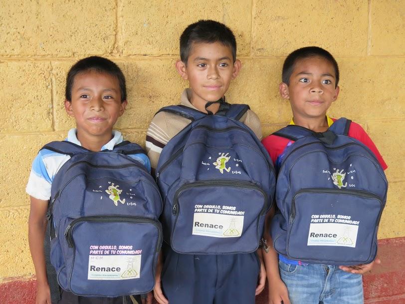 """Niños con las mochilas que les ha proporcionado Renace como parte de su """"inversión social""""/Rosa Martín Tristán,Alianza por la Solidaridad"""